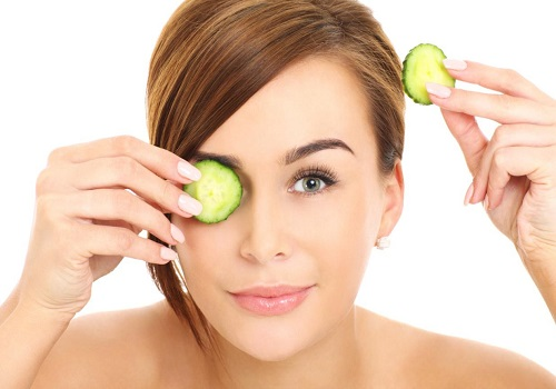Home remedies to treat puffy and tired eyes